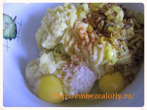 в готовый картофель яйца, пряности, соль, лук