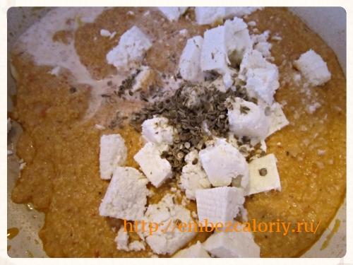добавляем панир, порошок кориандра, кумина, масалу, сливки, соль