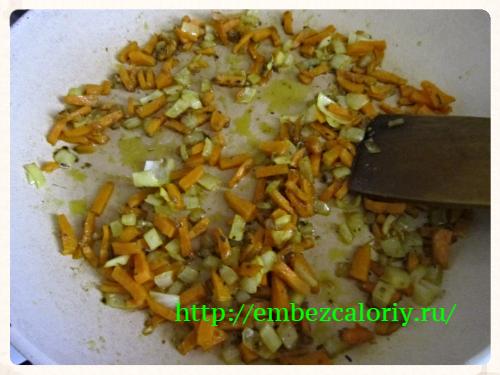 морковь, лук, пряности томим