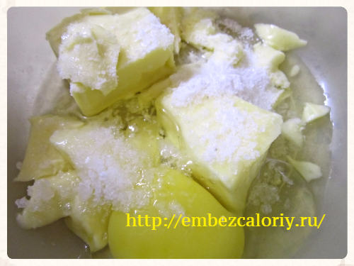 Отдельно смешиваем размягченное масло, яйцо, соль и соду
