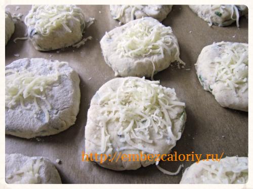 посыпаем полуфабрикаты натёртым сыром