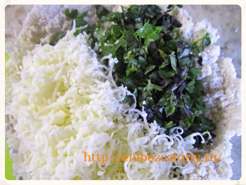 травы, натертый сыр и перемешиваем