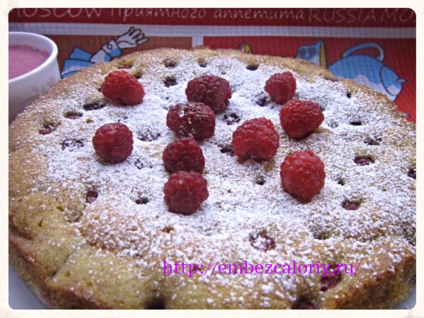 Пышный десерт с малиной