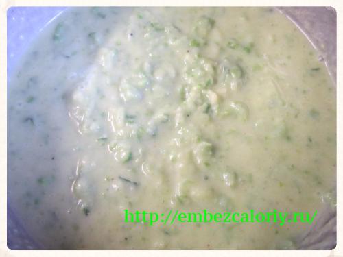 В картофельную массу яично – молочную смесь