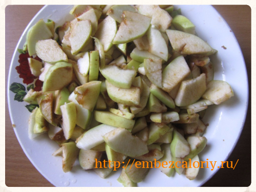 Яблоки нарезаем