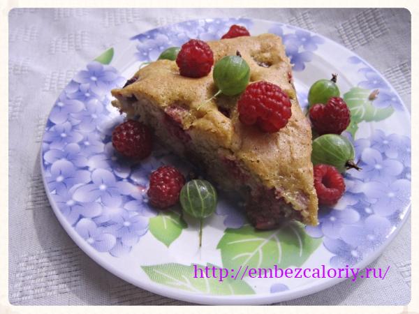 Пушистый пирог с крыжовником и малиной