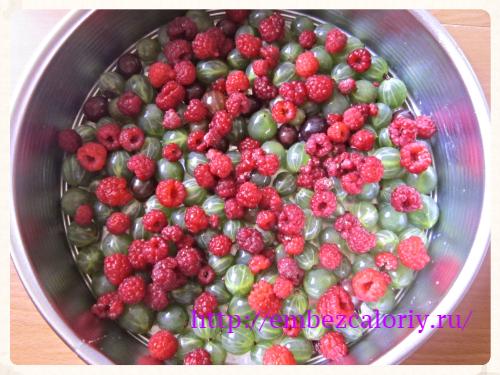 На дно формы укладываем ягоды
