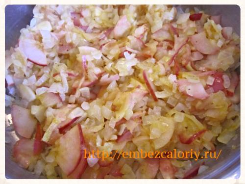 Яблоки добавляем к луку и тушим