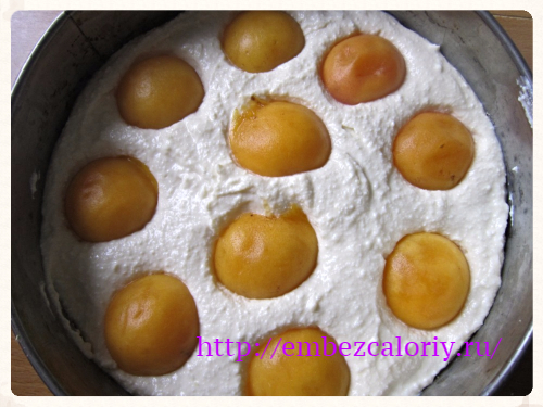 вдавливаем половинки абрикосов