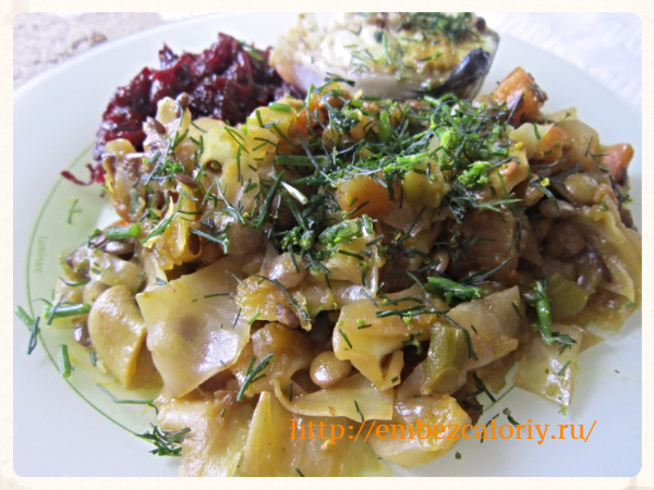 Капуста, тушеная с овощами и чечевицей