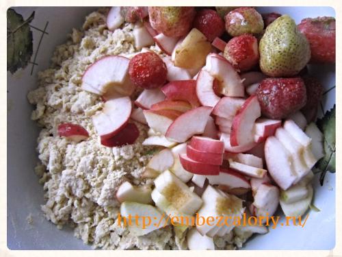 ломтики яблок и ягоды клубники