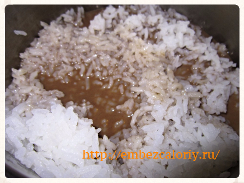 Шоколадное молоко вливаем в рис, добавляем соль, корицу и сахар