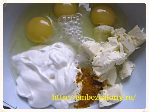 К сметане добавляем яйца, масло, куркуму, гашённую соду
