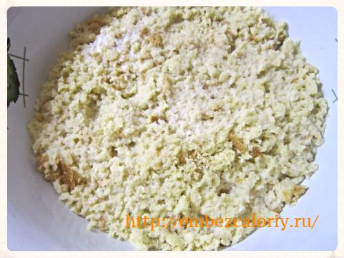 Чёрствый хлеб измельчаем и заливаем горячим молоком на час