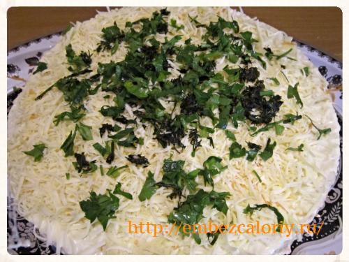 Посыпаем сыром и рубленной зеленью