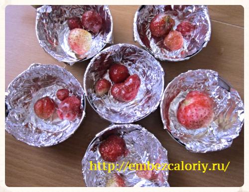 на дно формочки укладываем ягоды