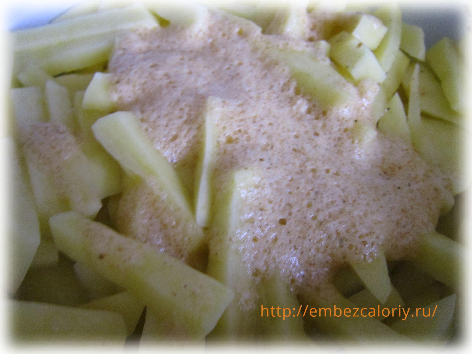 Выливаем белки в картофель и перемешиваем