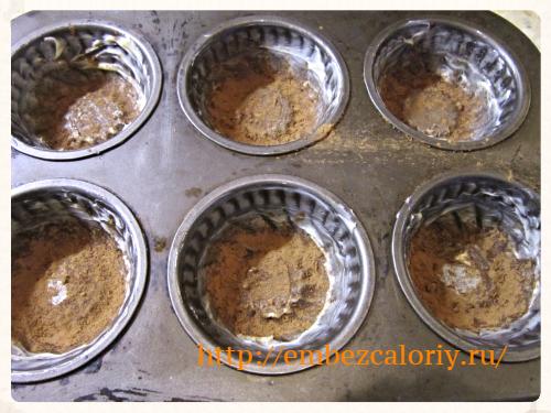 Формочки смазываем маслом и посыпаем порошком какао