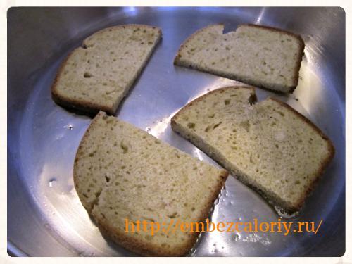 обжариваем ломтики хлеба