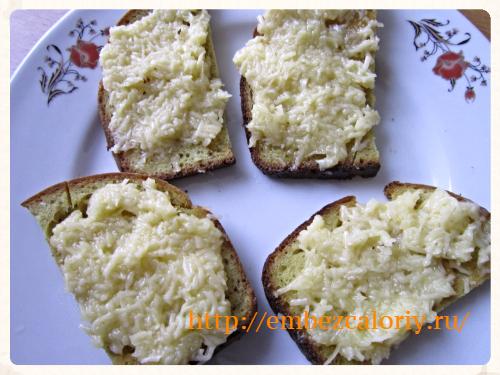 сыр с сырым желтком наносим на кусочки обжаренного хлеба