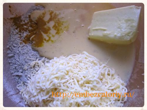 молоко с яйцами, размягчённое сливочное масло и сыр