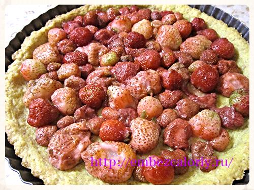 корж остужаем, укладываем на него ягоды из сиропа