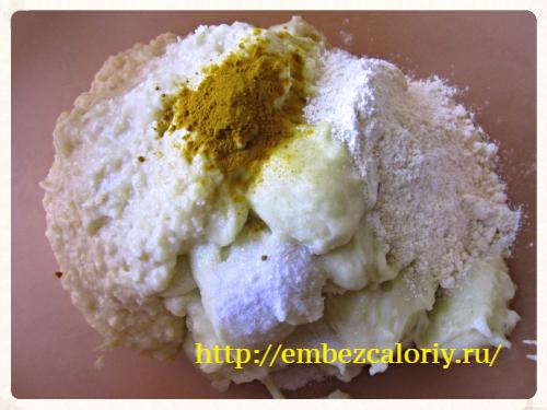Яично – сырную смесь, соль, муку, куркуму - в картофельную массу