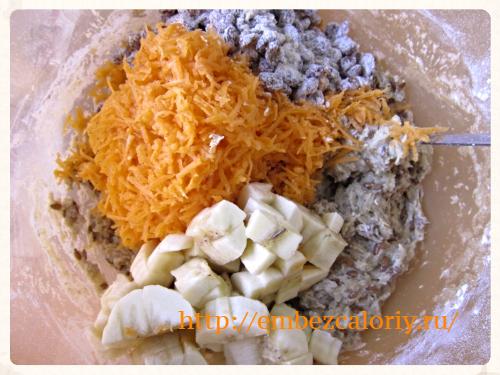 добавляем морковь, изюм, бананы