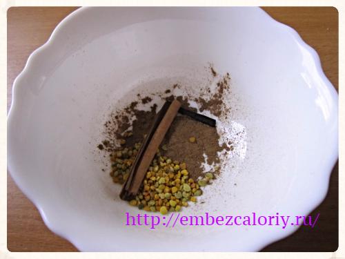 добавляем порошок корицы, цветочную пыльцу, палочки ванили и корицы