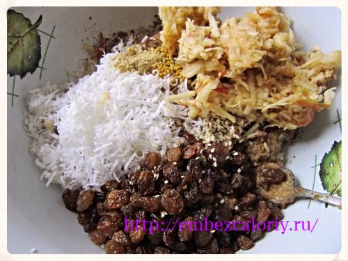 вторую часть кунжута, кокосовую стружку, цветочную пыльцу, соль, изюм, пряности и яблоко
