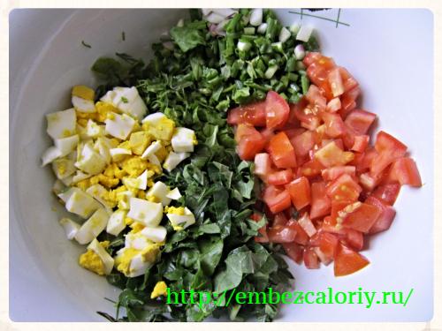 Измельчаем зелень, помидоры и яйца