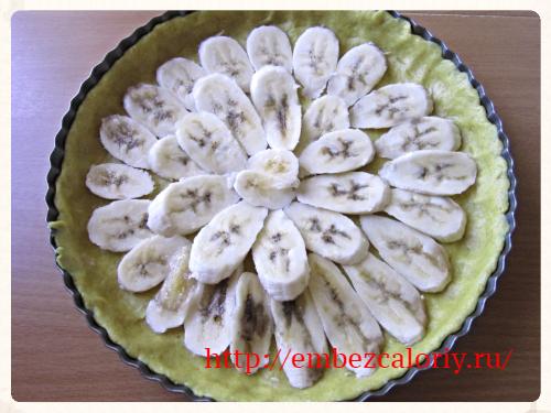 на тесто - подготовленные бананы