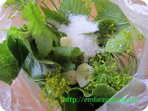 добавление чеснока, зелени, сахара и соли