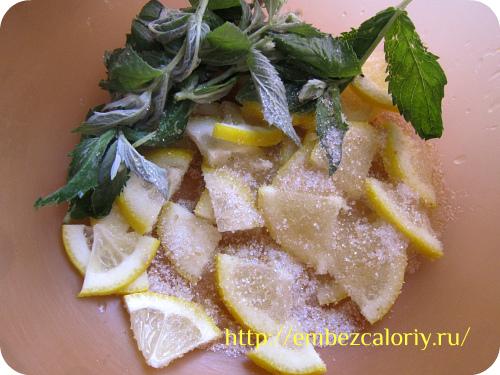 соединение лимона, мята и сахара