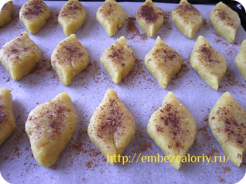 Посыпаем печенья корицей