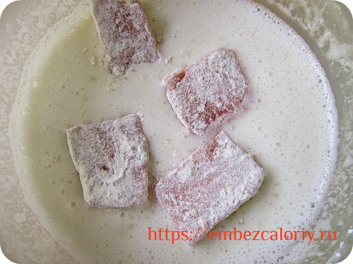 обмакиваем кусочки арбуза в яично – крахмальной смеси