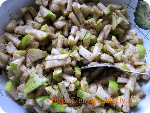 Груши для пирожных очищаем от семенного гнезда и нарезаем