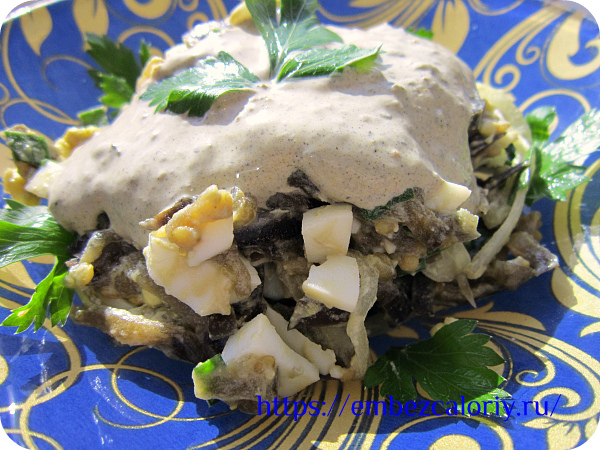 Салат из баклажанов с луком готов!