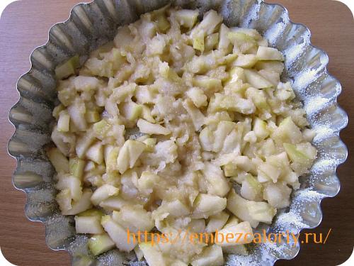 в форму укладываем подготовленные яблоки