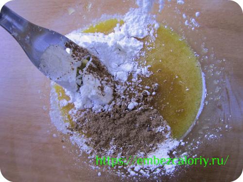 желтки с сахаром, добавляем крахмал и корицу