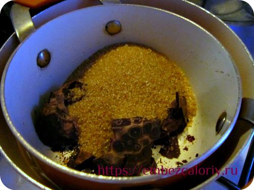 Урбеч и сахар смешиваем и нагреваем на водяной бане