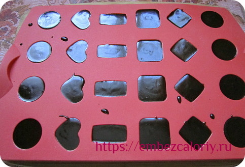 разливаем шоколад по формочкам