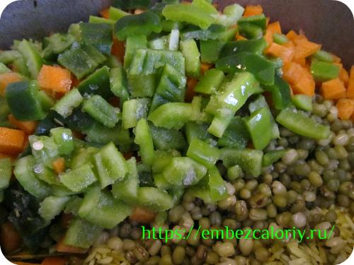 Туда же добавляем подготовленные овощи