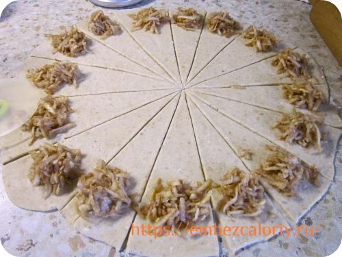 Делим пласт по диагонали и укладываем готовую начинку