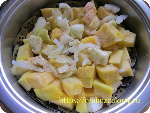 Укладываем тыкву, яблоки и лук в пароварку