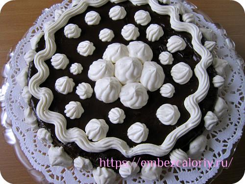 Взбиваем сливки и оформляем торт