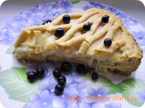 Вкусный яблочный пирог с кремом готов!