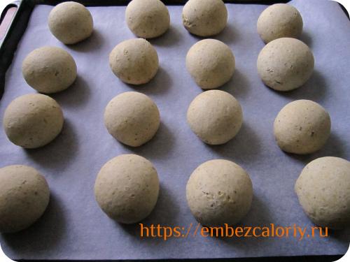 Раскатываем шарики и выпекаем