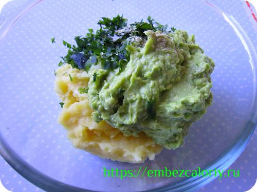 Соединяем картофельное пюре с авокадо и зеленью