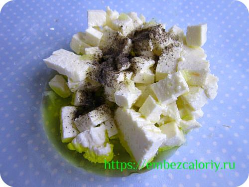Сыр панир режем кубиками, добавляем масло, сок лимона, перец